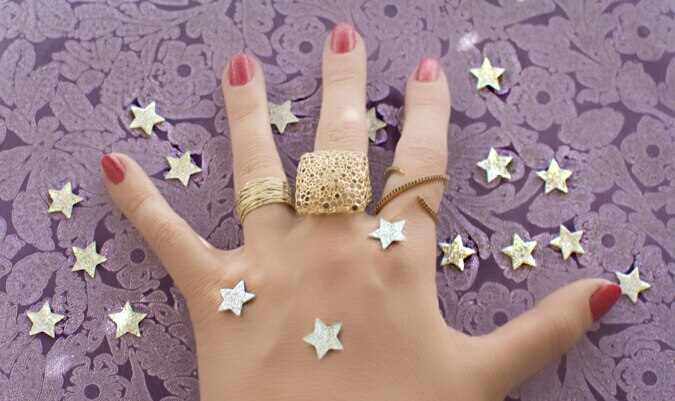תכשיטי זהב מנצנצים וכוכבים