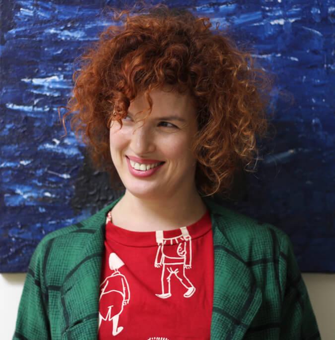 חולצה אדומה של מאיה בש; ג'קט ירוק של טל בק