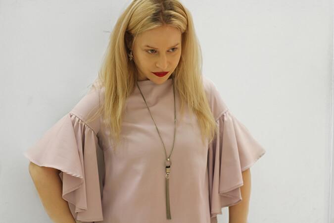 חולצה ורודה ושרשרת של Yael Becker