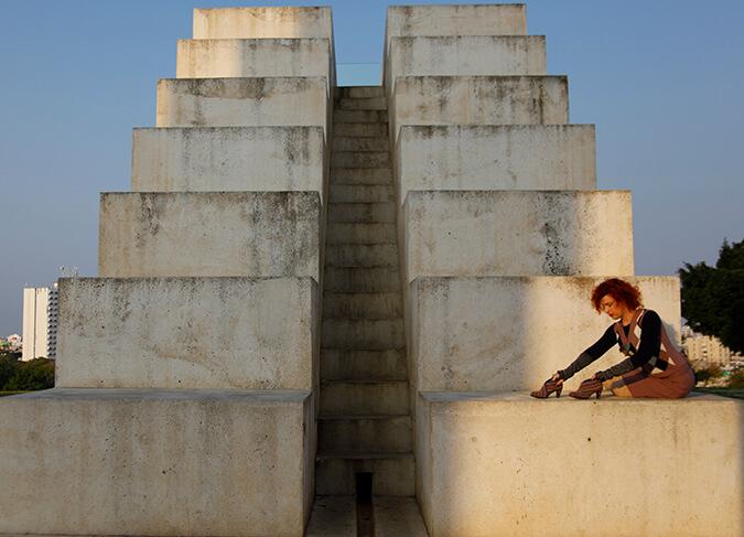 מדרגות לבנות