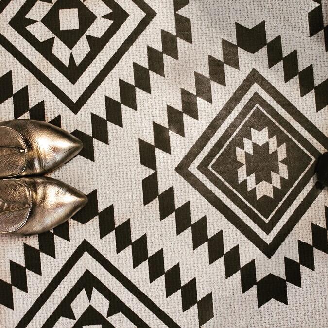 נעליים כסופות על רצפה שחור לבן