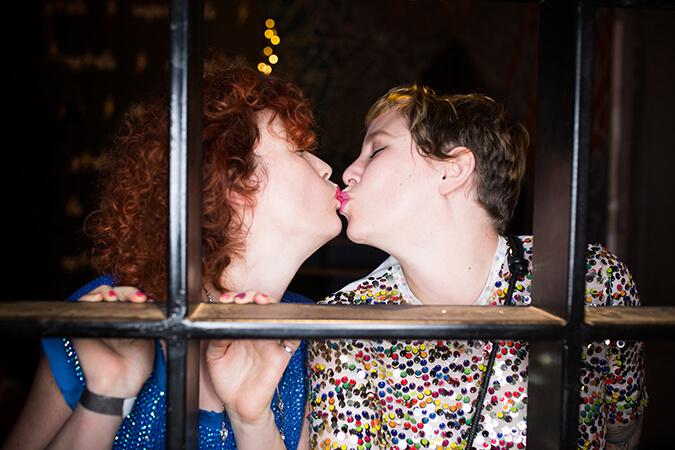 נשים מתנשקות