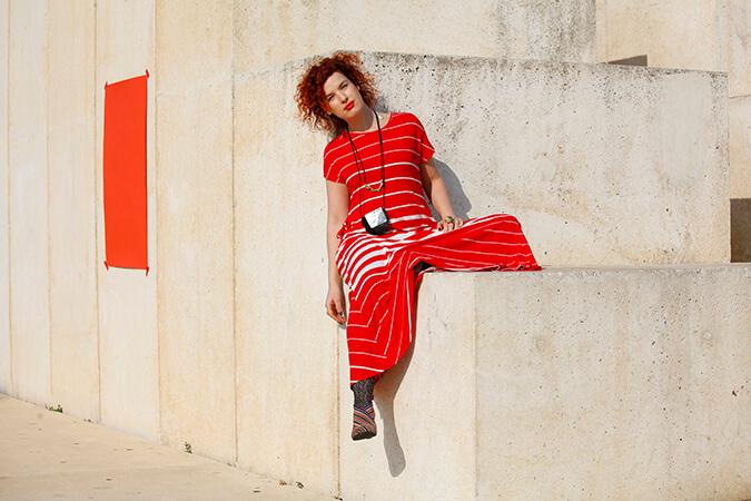 שמלה אדומה ושרשרת ארוכה