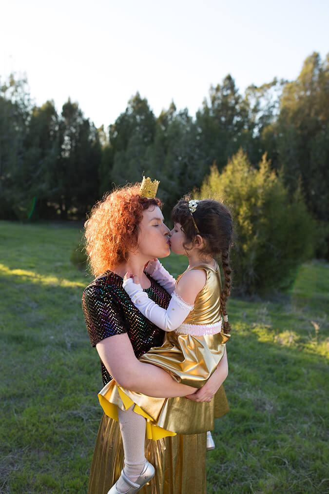 אמא ובת מתנשקות