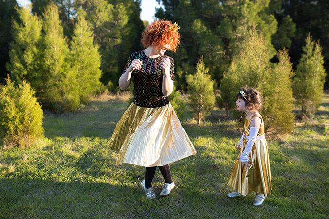 אמא ובת רוקדות ביער