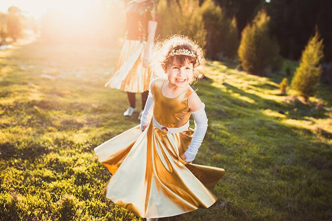 ילדה חמודה רצה בשמלה