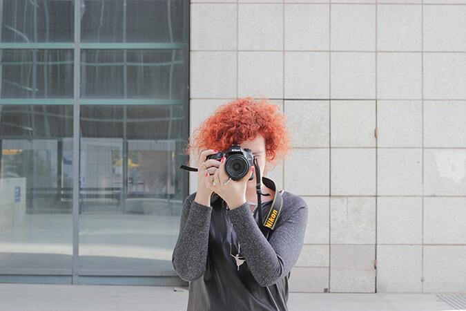 אישה עם תלתלים ומצלמה