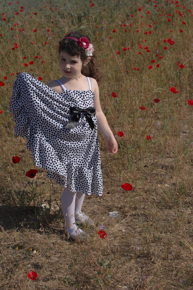 ילדה חמודה בשדה כלניות