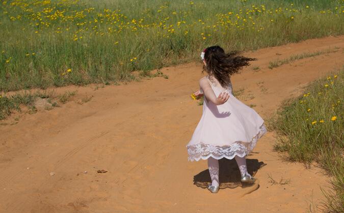 ילדה קטנה רצה
