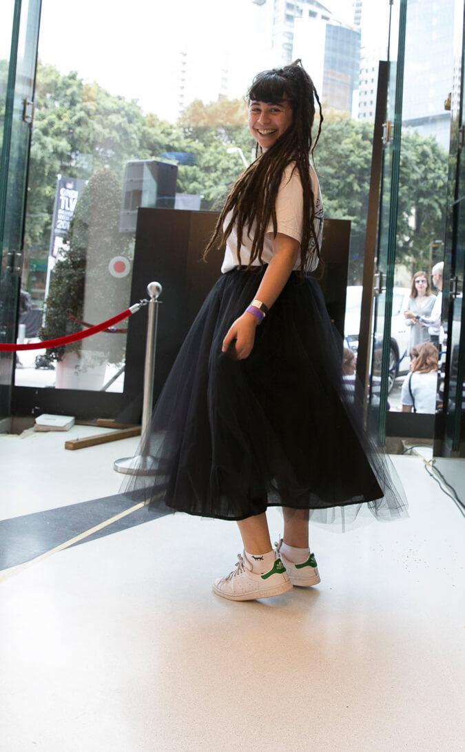 אישה עם חצאית טול שחורה