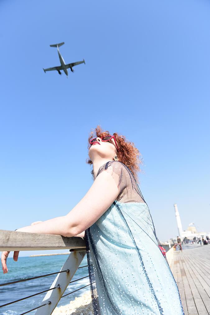 אישה מסתכלת על מטוס