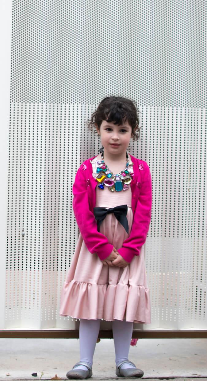 ילדה חמודה עם שמלה