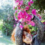 ילדה נתלית על עץ
