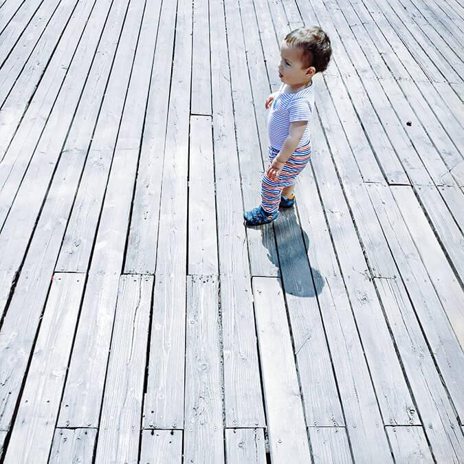 ילד לבוש לבן