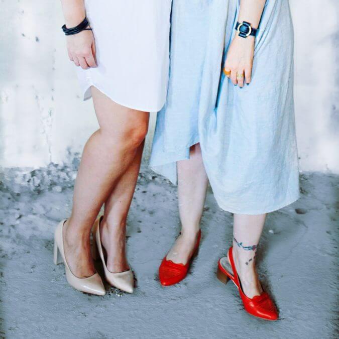 שמלה בהירה ונעליים אדומות