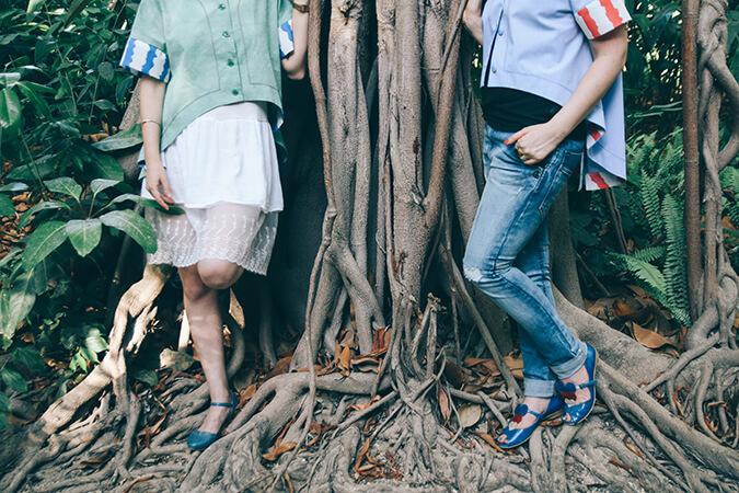 ג'ינס ונעליים כחולות