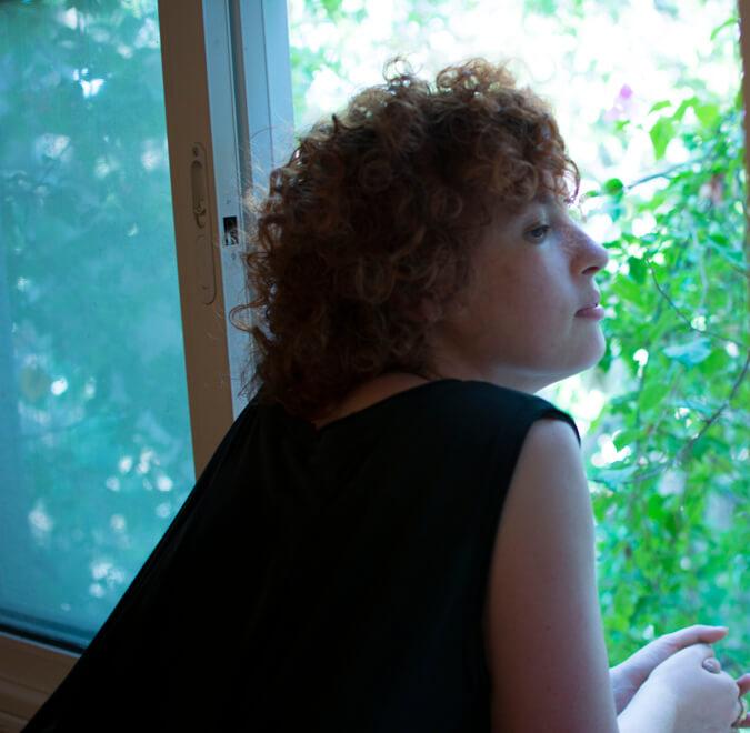 אישה מסתכלת מהחלון