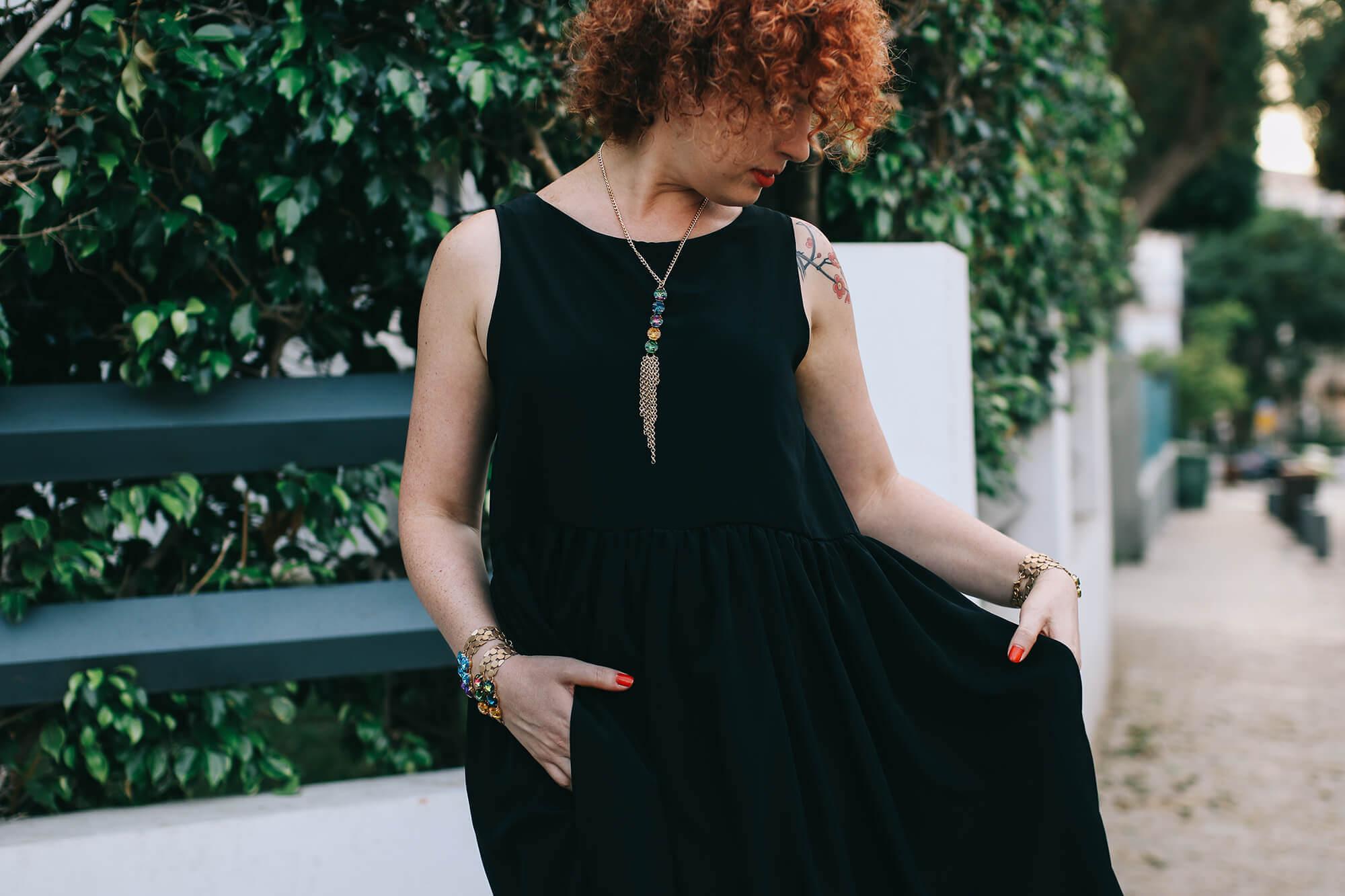 שמלה שחורה קלאסית בשילוב תכשיטים שמשדרגים את ההופעה