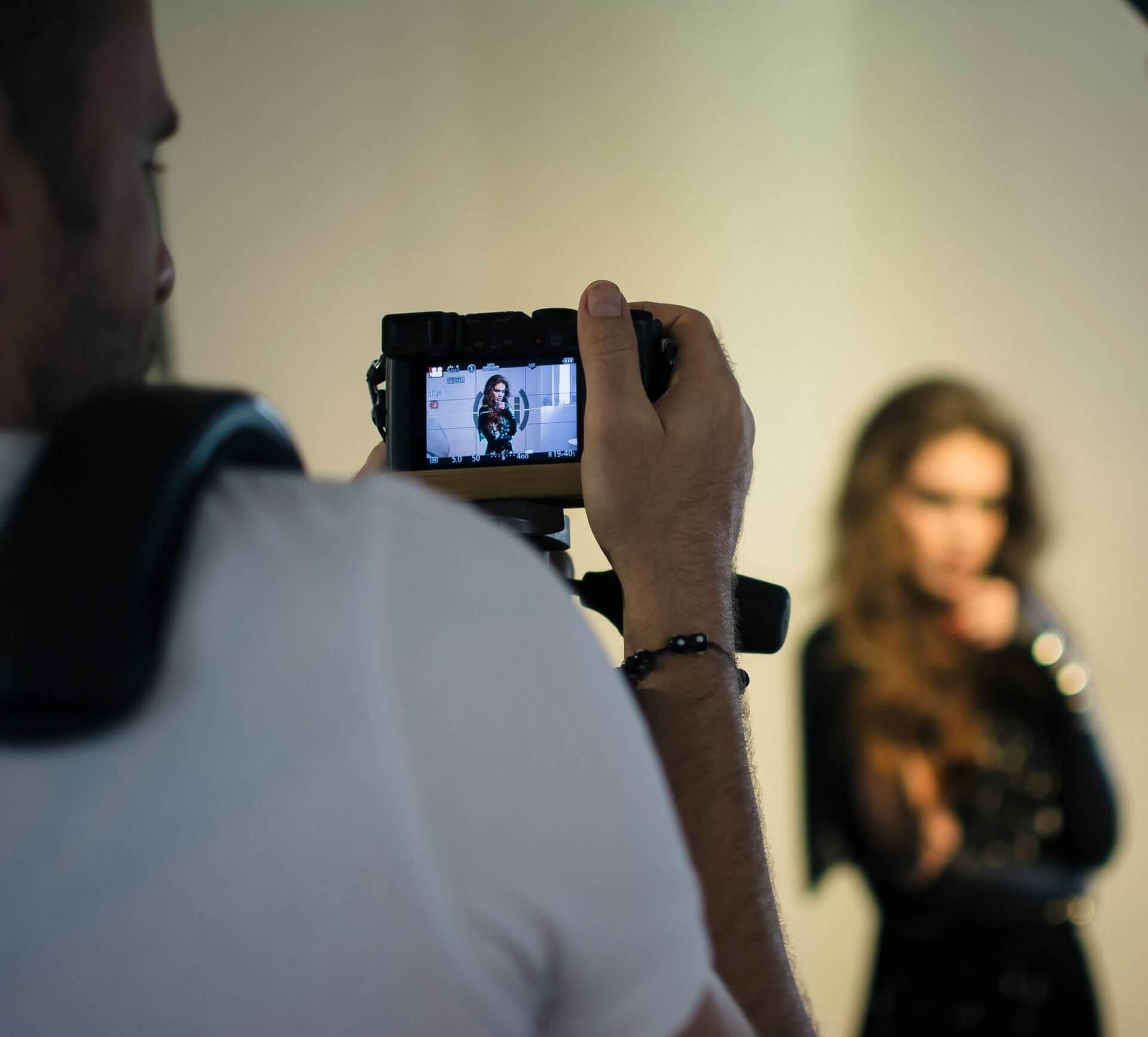 מאחורי הקלעים של צילומי קמפיין חורף למוצרי שיער ג'ויה