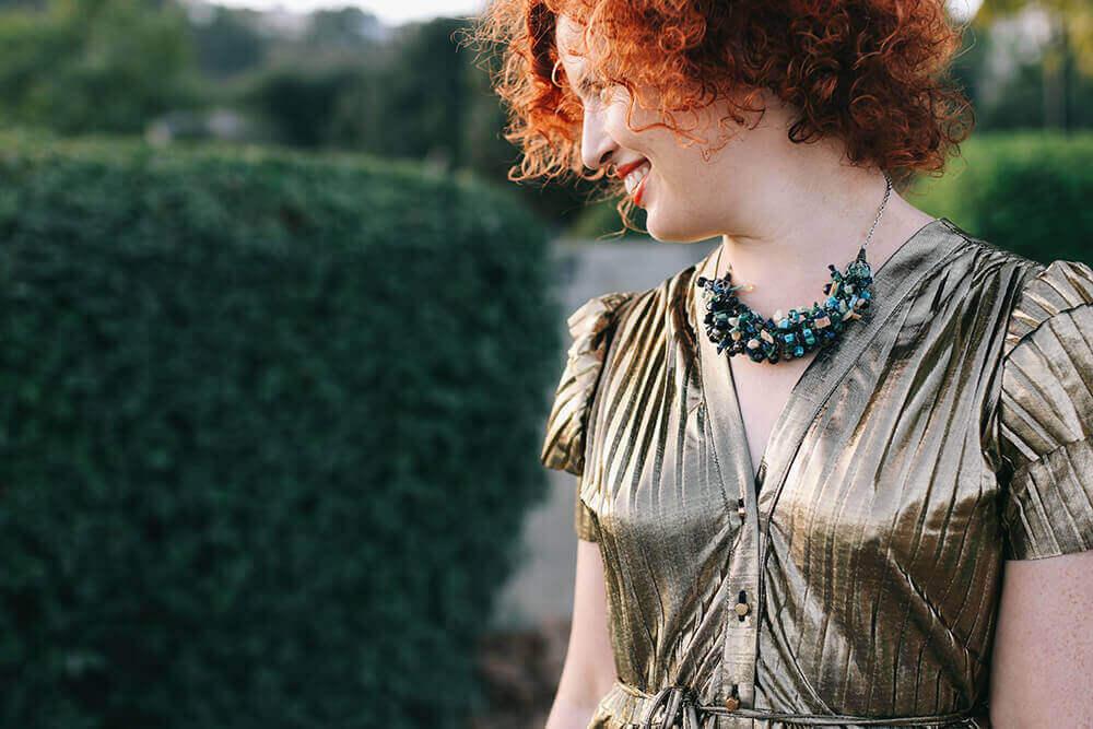 שמלה בצבע זהב ושרשרת סגולה