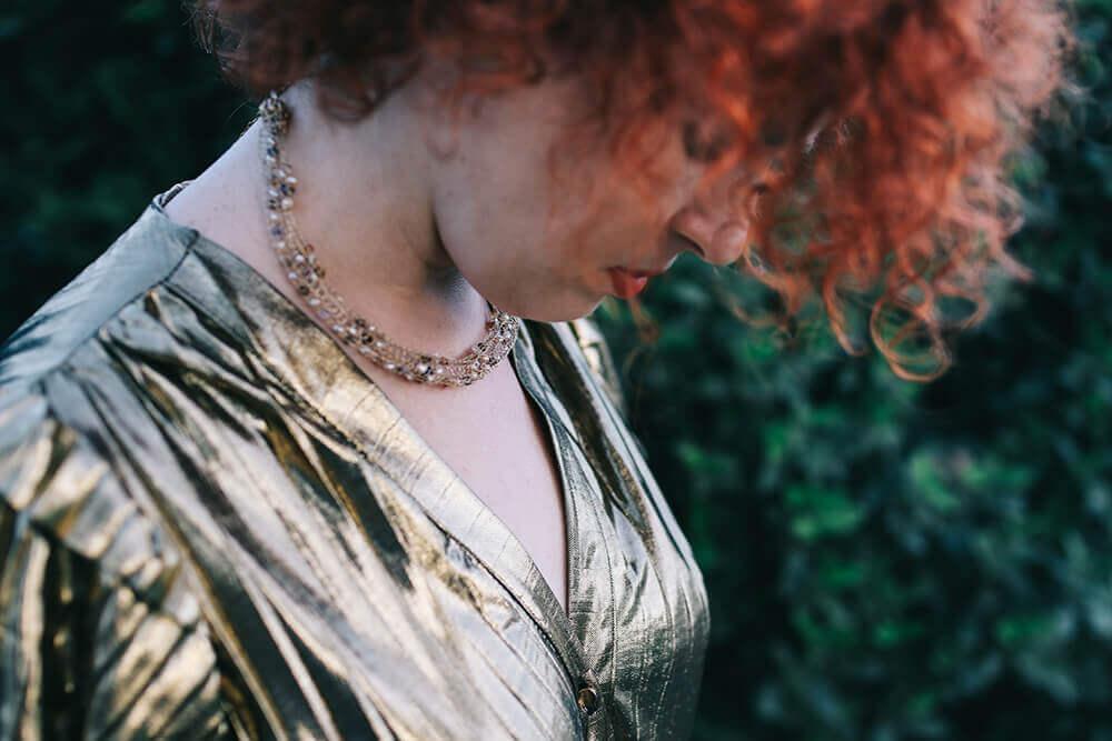 שמלה בצבע זהב עם שרשרת זהב צמודה