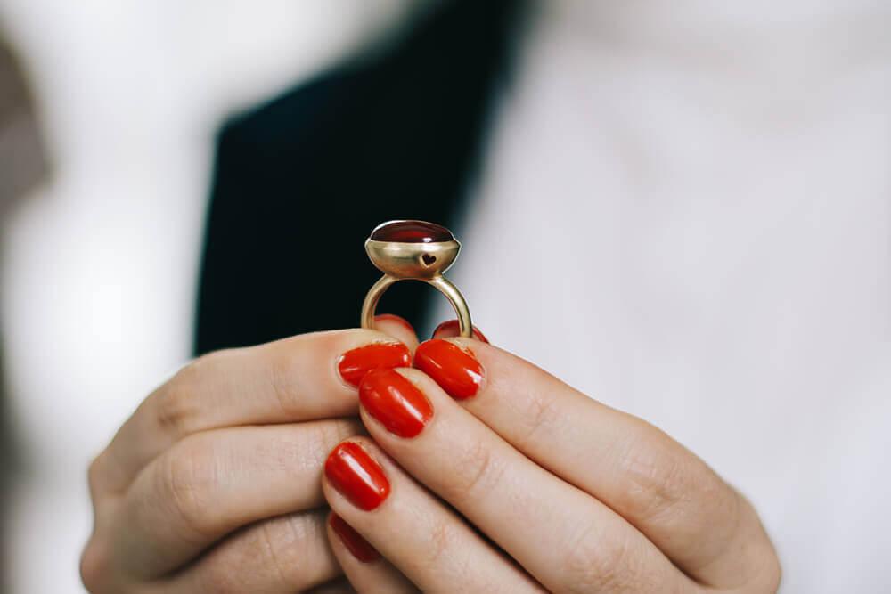 טבעת זהב עם אבן אדומה