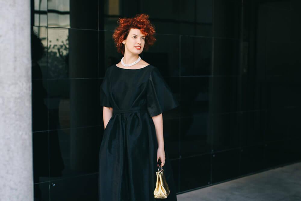 שמלה שחורה ושרשרת פנינים צמודה