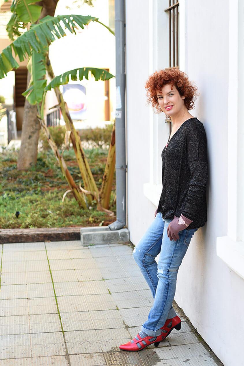 ג'ינס וחולצה שחורה