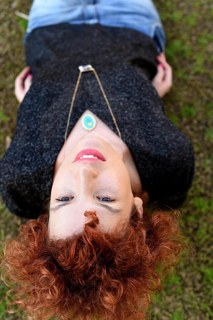 לשכב על הדשא