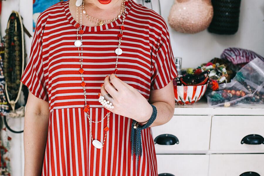 שמלה אדומה ותכשיטים צבעוניים
