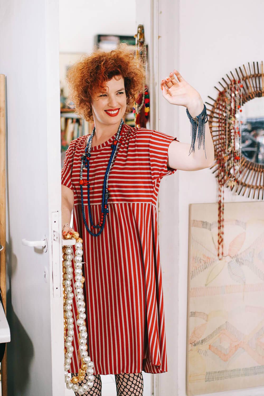 שמלת פסים אדומה למידות גדולות