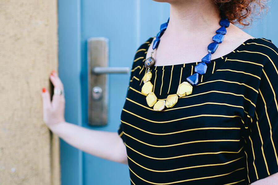 שרשרת חרוזים כחולים וצהובים