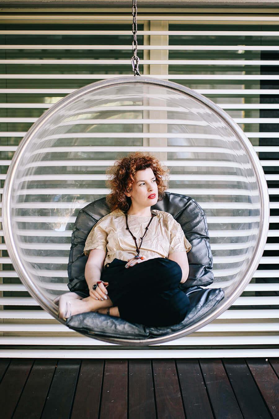 אישה בכיסא נדנדה