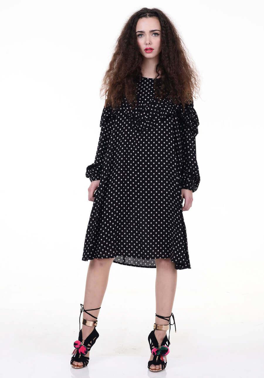 שמלה שחורה עם נקודות