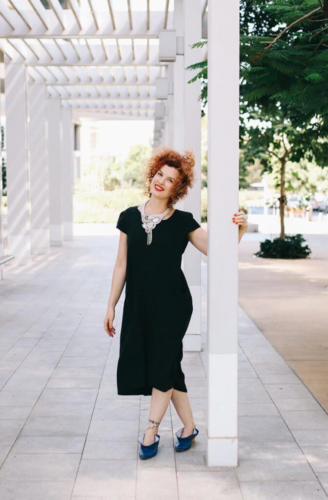 שמלה שחורה באורך מידי