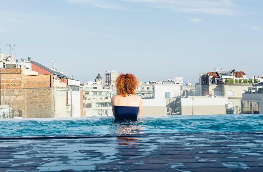 הבריכה במלון בברצלונה