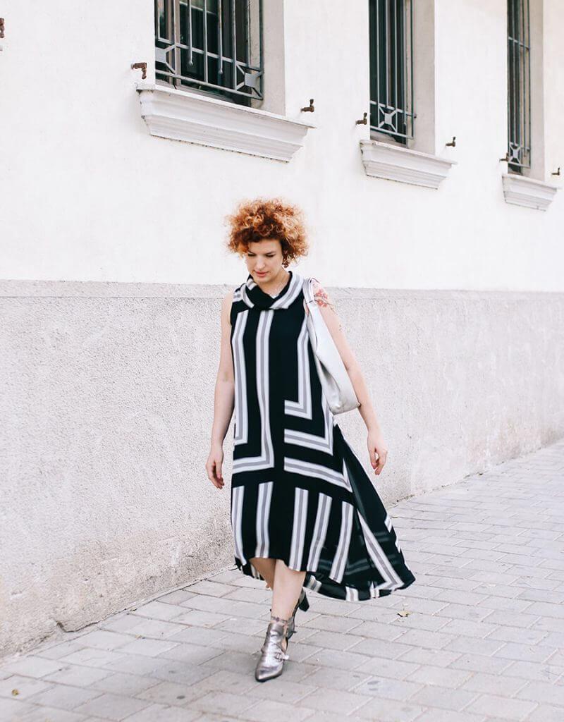 שמלה בצבע שחור לבן