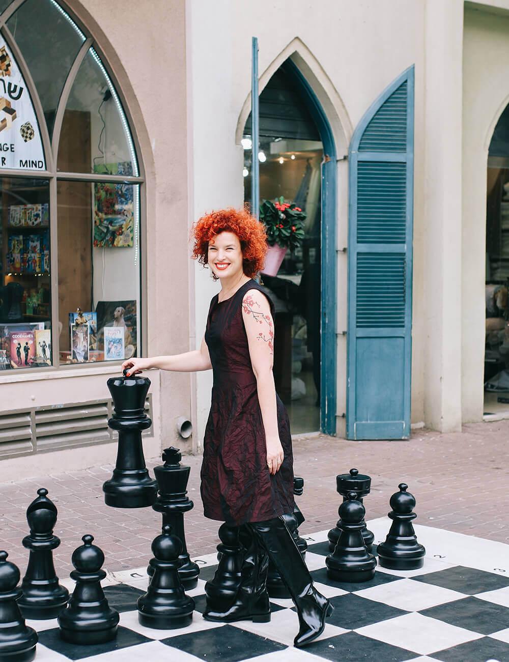 בלוגרית אופנה בבגדים של אסף פלג