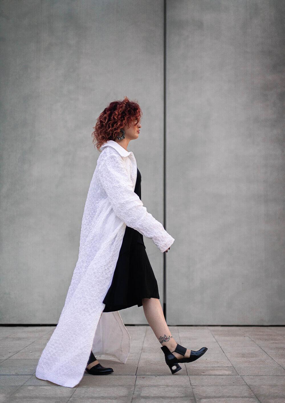 מעיל מפוסל לבן ארוך ומיוחד