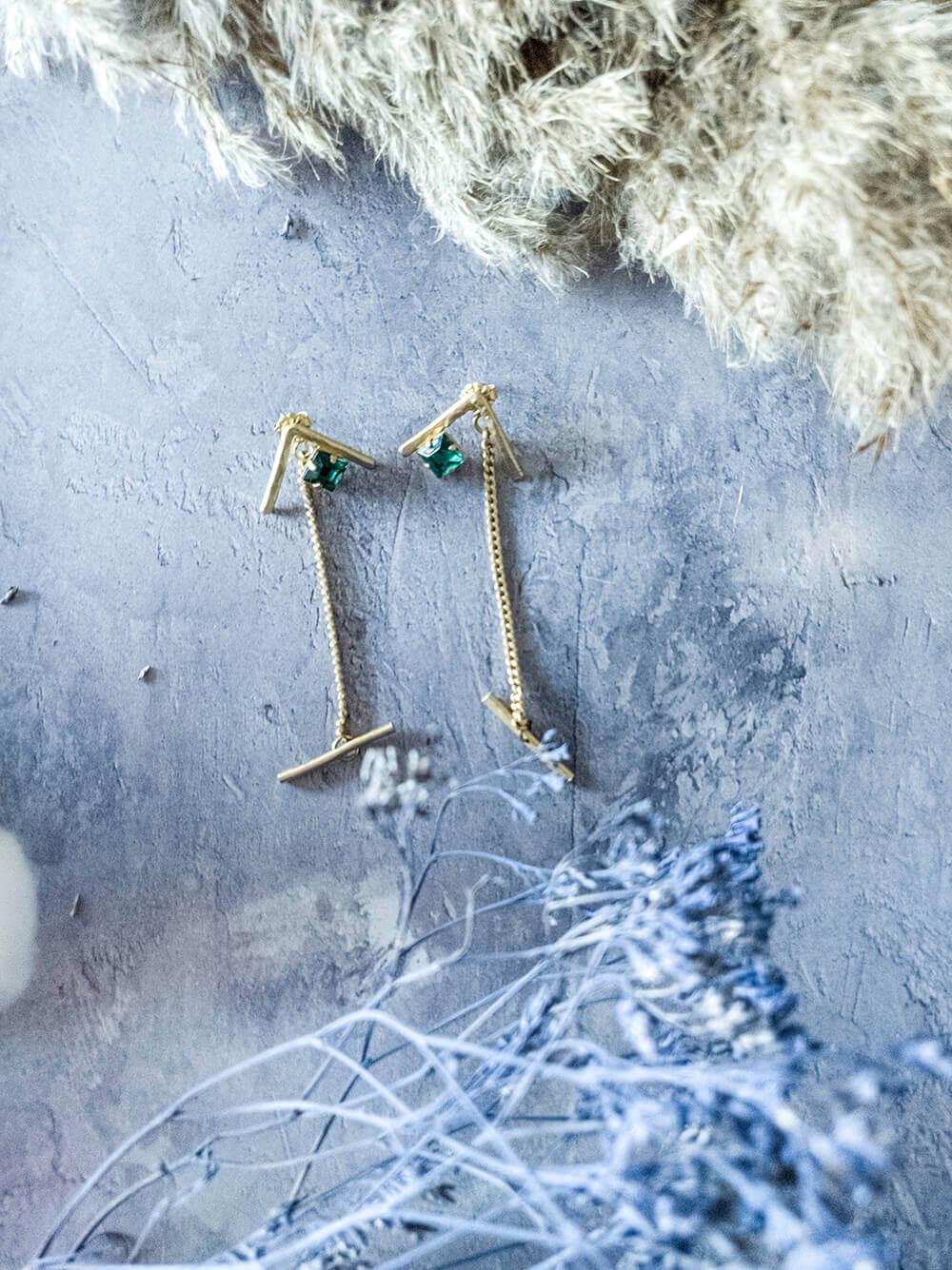 עגילים ארוכים משובצים אבן ירוקה בעיצוב Dario`s