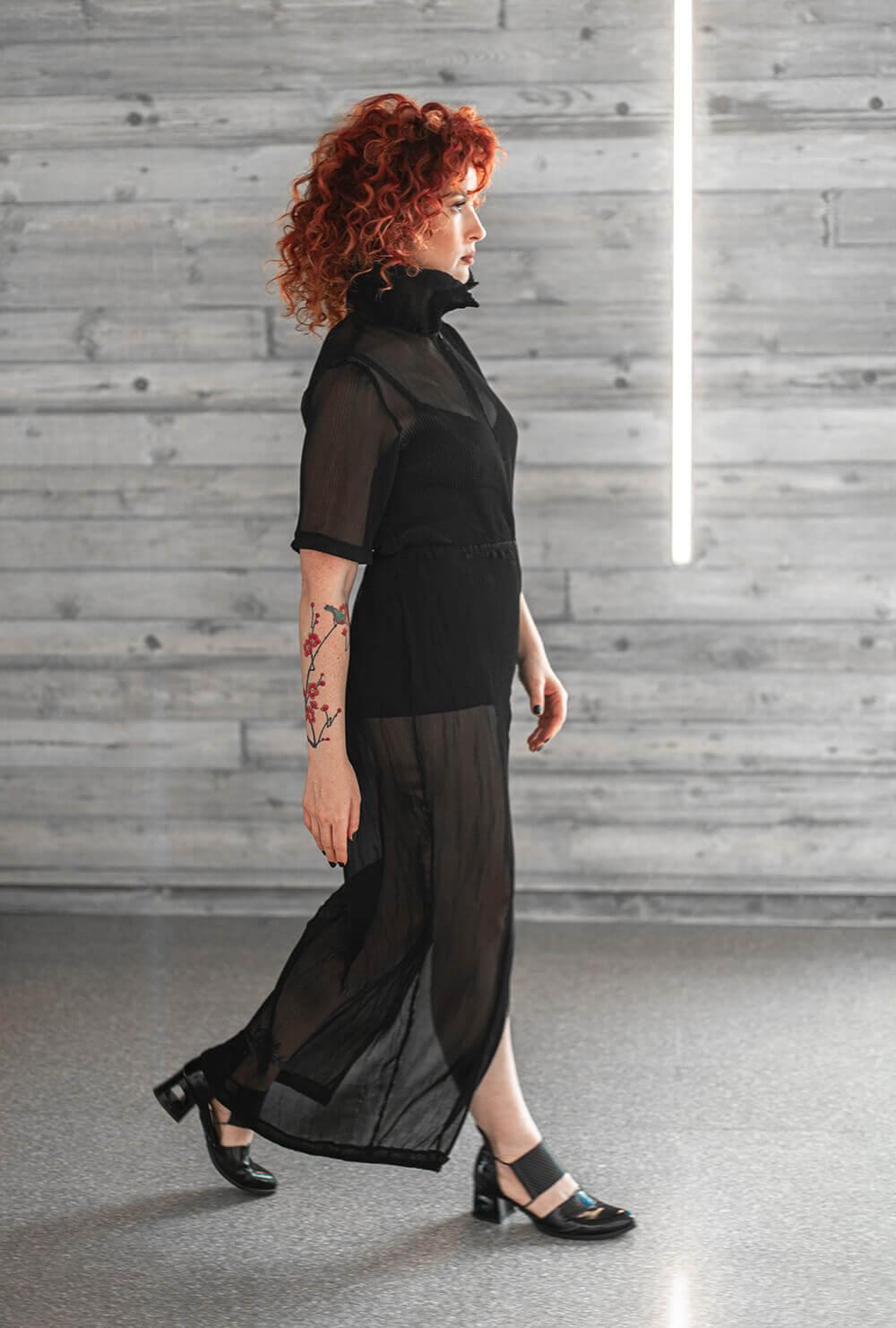שמלת פליסה שחורה גם במידות גדולות