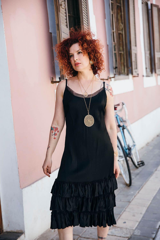 שמלה קייצית שחורה מסאטן ללא שרוולים