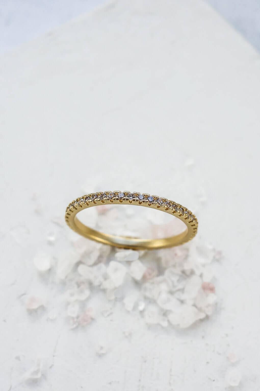טבעת קלאסית משובצת אבנים