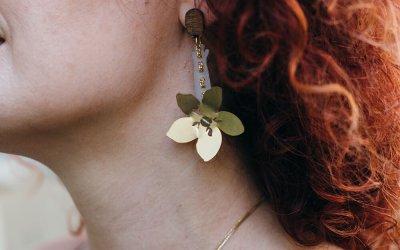 עגילי הפרח של דריוס במתנה